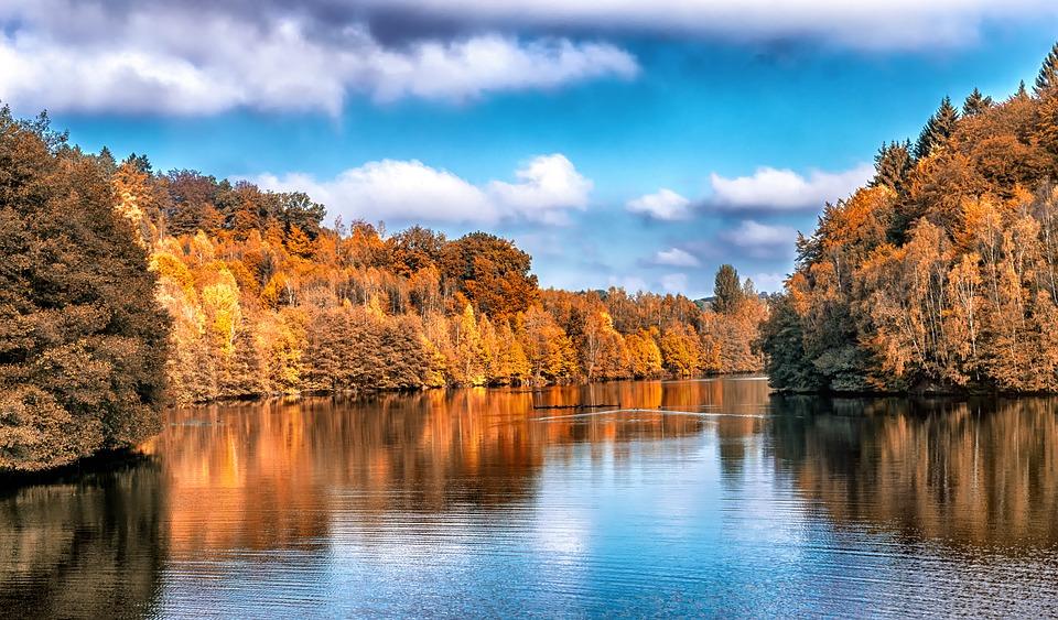 autumn-color-along-a-river